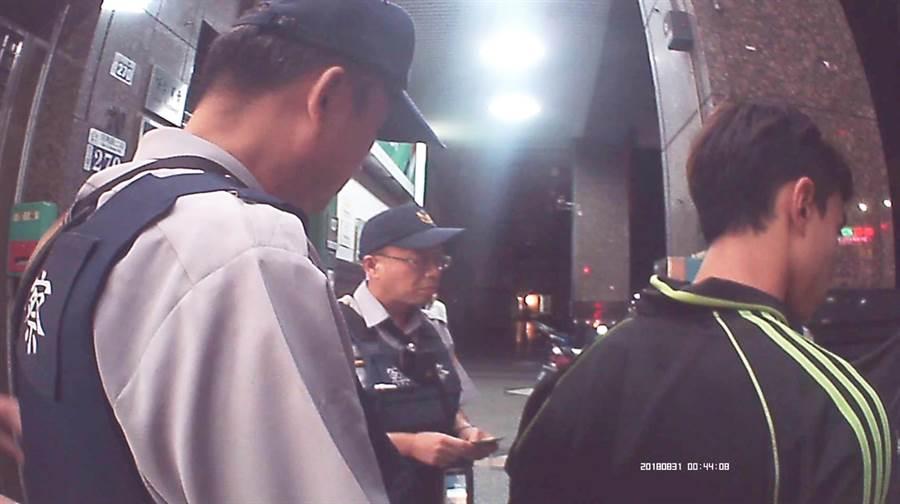 警方當場查獲李姓男子擔任車手提款,依詐欺罪嫌移送法辦!(陳世宗翻攝)