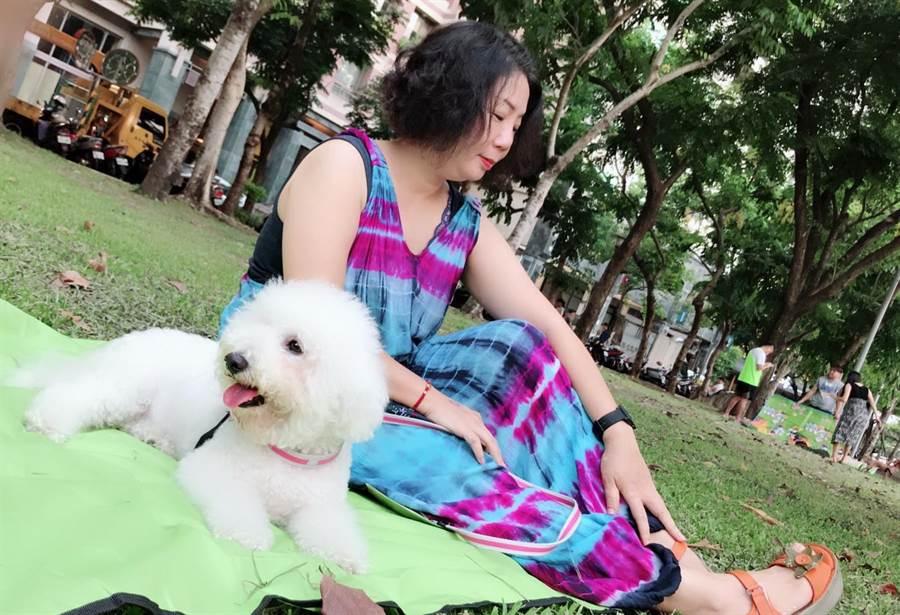 「進財」參加台中市政府動保處委外辦理的狗狗訓練課程,在專業的訓犬師指導下,變成外表跟行為都可愛的毛小孩。(盧金足攝)
