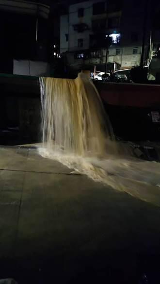 新西街「黃金瀑布」又來了 基隆晚間遭雨彈多處再淹