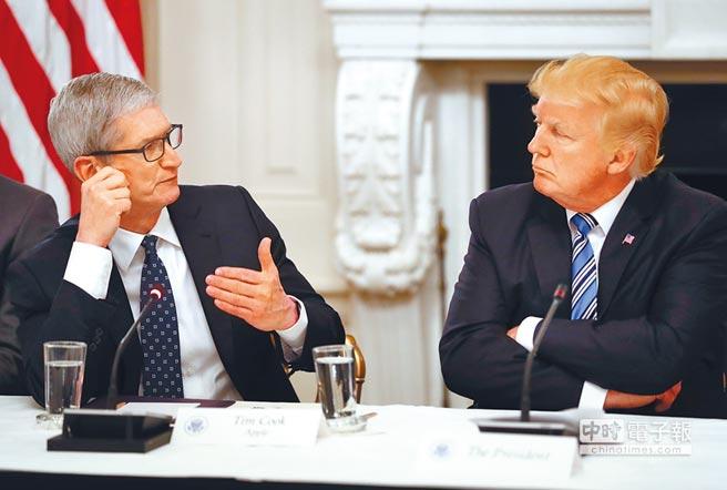 美國總統川普8日推文稱,蘋果應該現在就把生產線拉回美國,便可化解因關稅引發的漲價衝擊。圖為蘋果公司執行長庫克6月與川普在白宮圓桌會議交換意見。(美聯社)