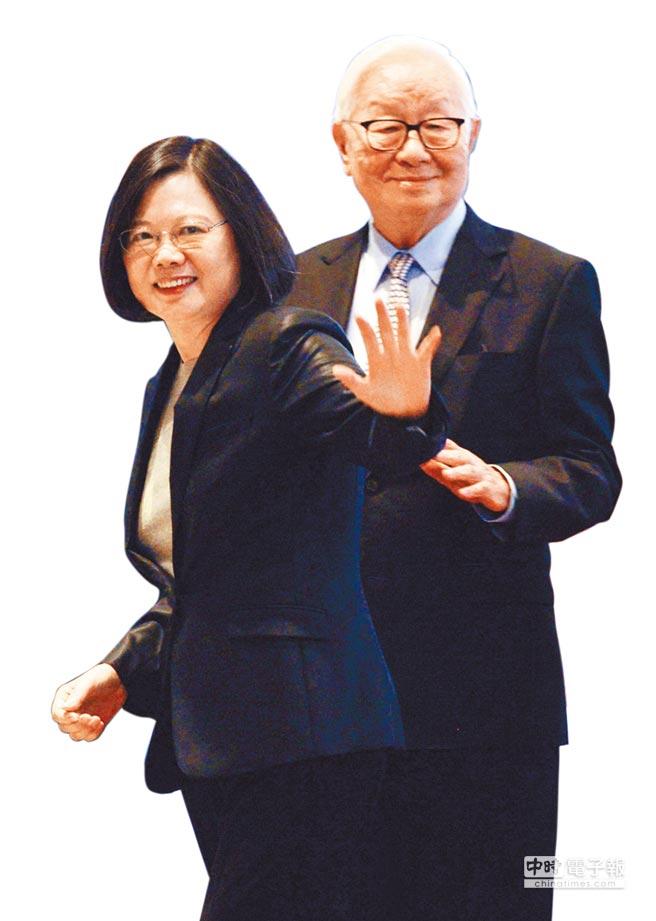 台積電30周年慶論壇時,董事長張忠謀(右)邀請總統蔡英文(左)出席。(本報資料照片)