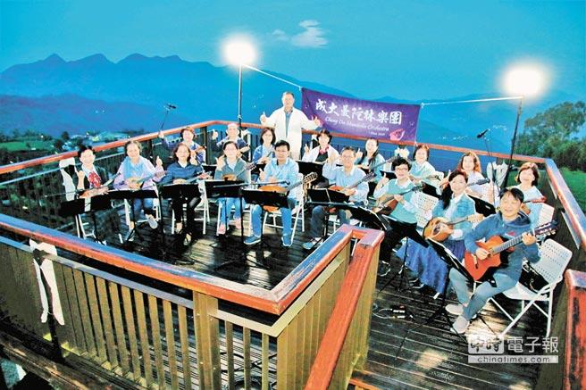 嘉義縣梅山鄉瑞峰村「1314觀景台」9日舉行晨曦音樂會,讓參與民眾見證愛情一生一世。(呂妍庭翻攝)