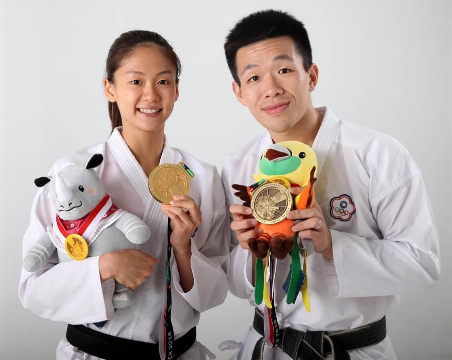文姿云(左)與男友徐瑋駿開心秀出在雅加達亞運拿到的獎牌與吉祥物。(王英豪攝)