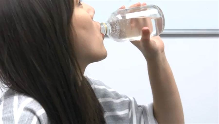 許多人會把氣泡水當開水在喝,醫師提醒:恐引發腸胃不適、傷害牙齒。