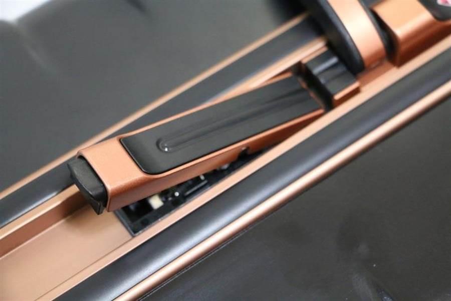 華碩ROG Phone全配加贈的行李箱側邊鎖扣樣式。(圖/黃慧雯攝)