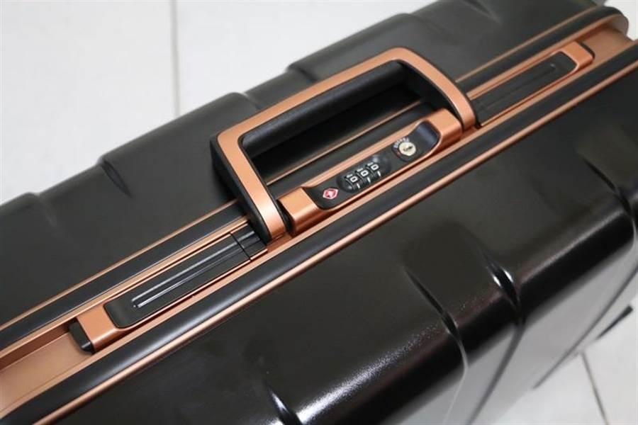 華碩ROG Phone全配加贈的行李箱側邊鎖扣(關閉)與密碼鎖樣式。(圖/黃慧雯攝)