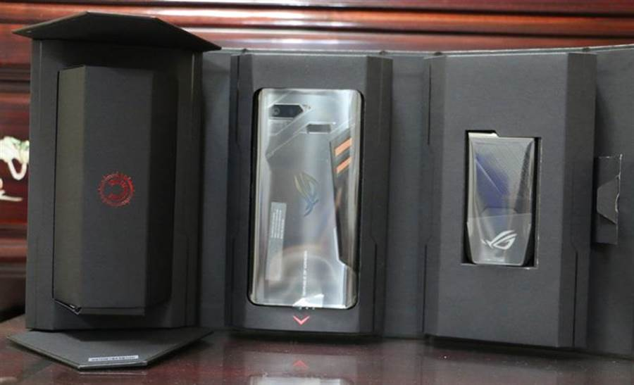 華碩ROG Phone包裝盒開啟樣式。(圖/黃慧雯攝)