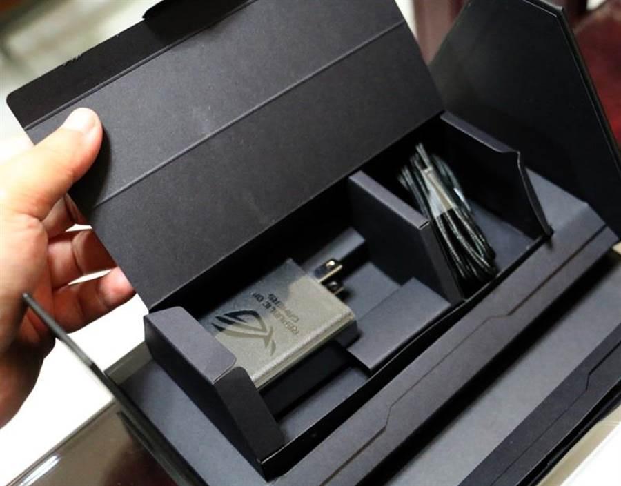 內附USB Type-C to USB Type-C充電線、30W快充的轉接頭。(圖/黃慧雯攝)