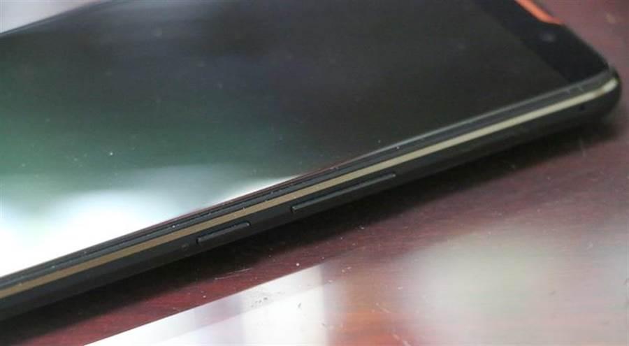 華碩ROG Phone細部照片(右側)。(圖/黃慧雯攝)