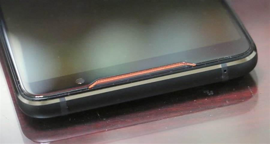 華碩ROG Phone細部照片(頂部)。(圖/黃慧雯攝)