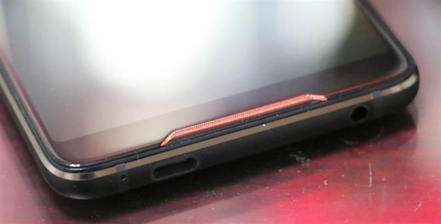 華碩ROG Phone細部照片(底部)。(圖/黃慧雯攝)
