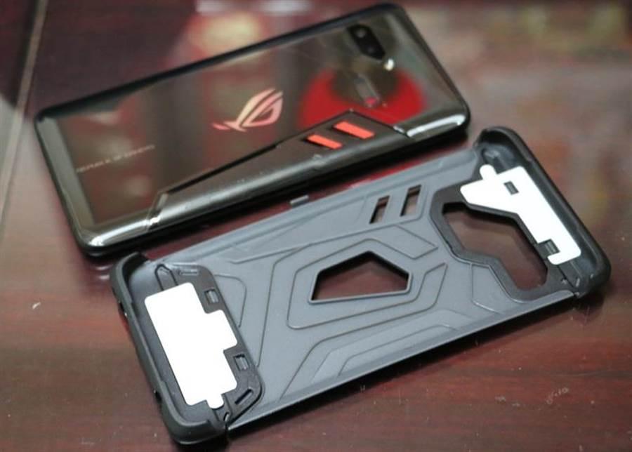 華碩ROG Phone與ROG Phone專屬保護殼內部。(圖/黃慧雯攝)