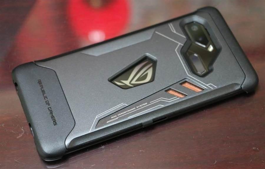 華碩ROG Phone裝上ROG Phone專屬保護殼。(圖/黃慧雯攝)