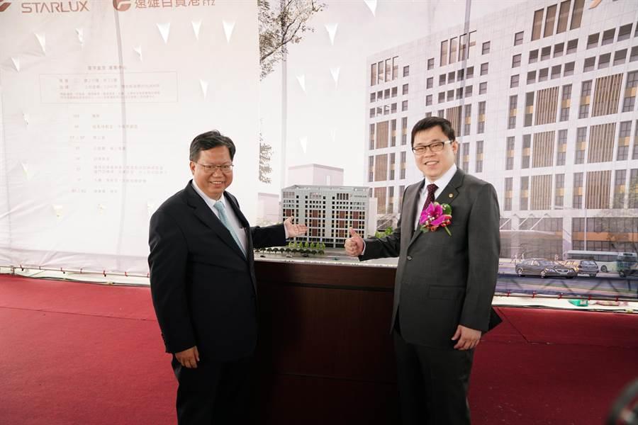 張國煒(右)與鄭文燦(左)在星宇航空運籌中心大樓模型前合影。(圖:星宇提供)