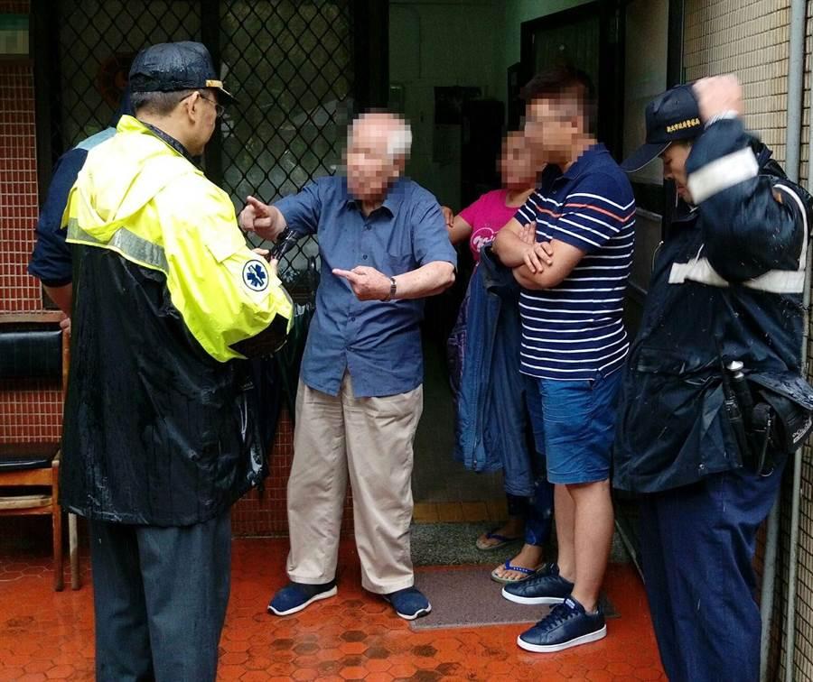 汐止分局協助將長青里居民撤離土石流警戒區。(宋原彰翻攝)