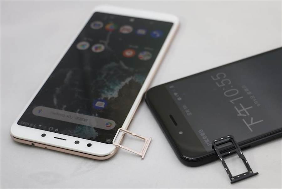 小米A2(金色)與小米A1機身對比(黑色),小米A2也支援雙卡,但是不支援microSD卡擴充。(圖/黃慧雯攝)