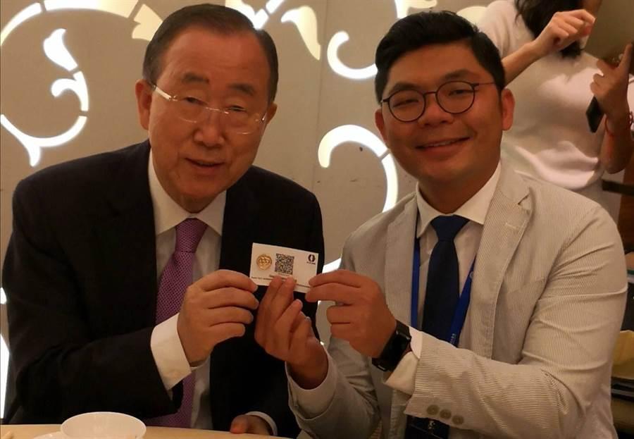 國民黨立委許毓仁(右)與前聯合國秘書長潘基文(左)合影。(許毓仁提供)