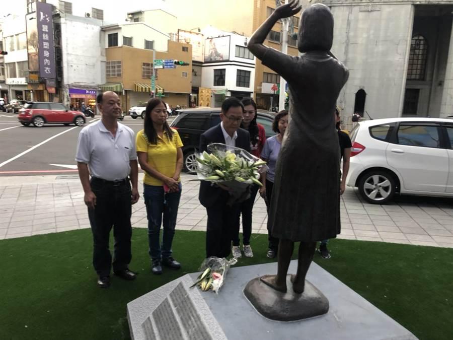 日前丁守中前去台南慰安婦銅像致意。(丁守中辦公室 提供)