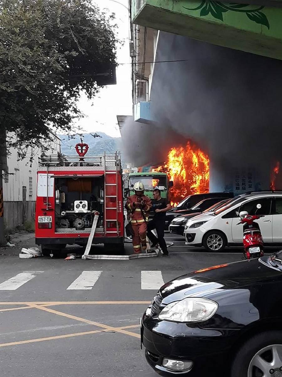 彰化縣田中鎮中南路橋下9日下午5點多發生火燒車意外,場面相當嚇人。(翻攝自臉書社團「田中人)