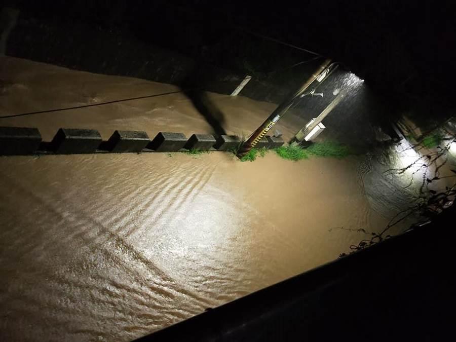 七堵自強路淹水。(翻攝自基隆人臉書)