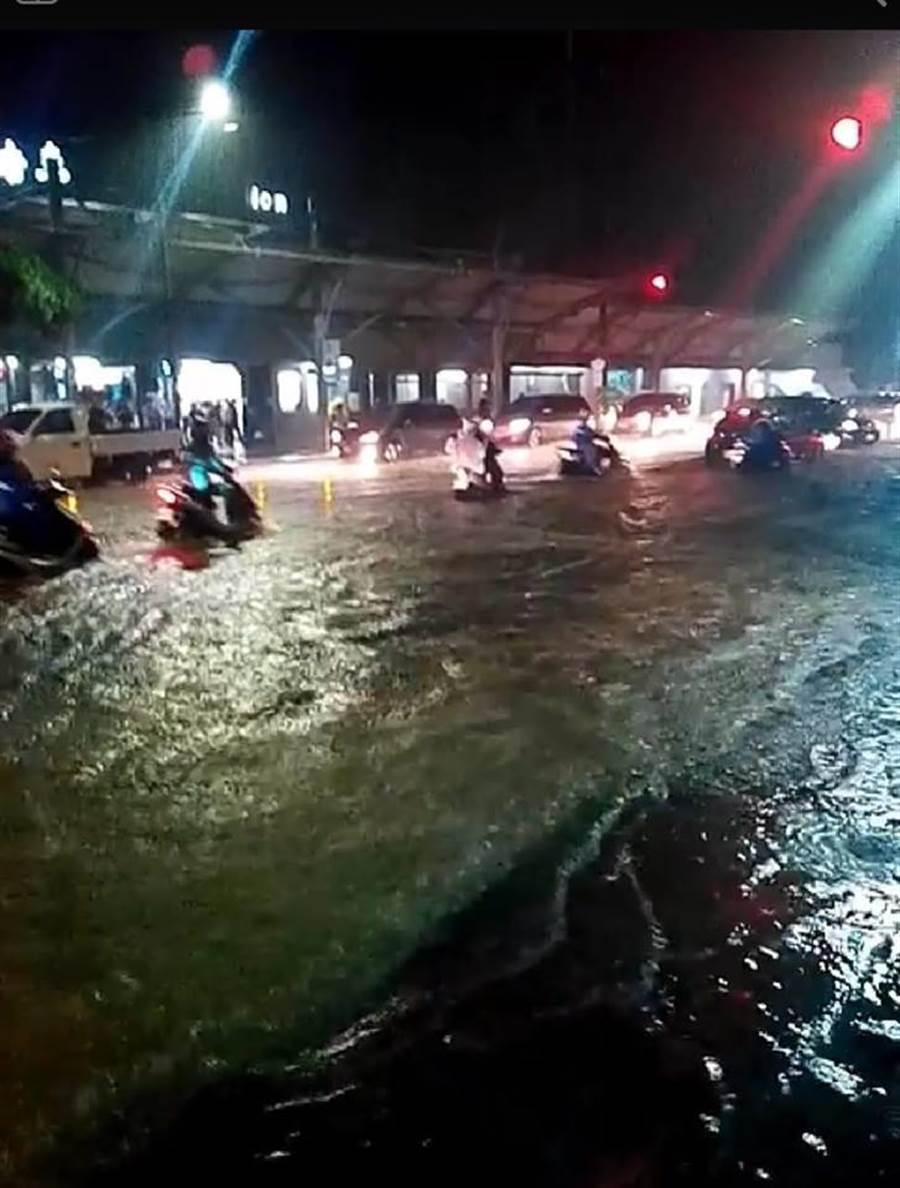 八堵火車站前對向車道淹水,汽機車只能乘風破浪前行。(翻攝自基隆人集團臉書)