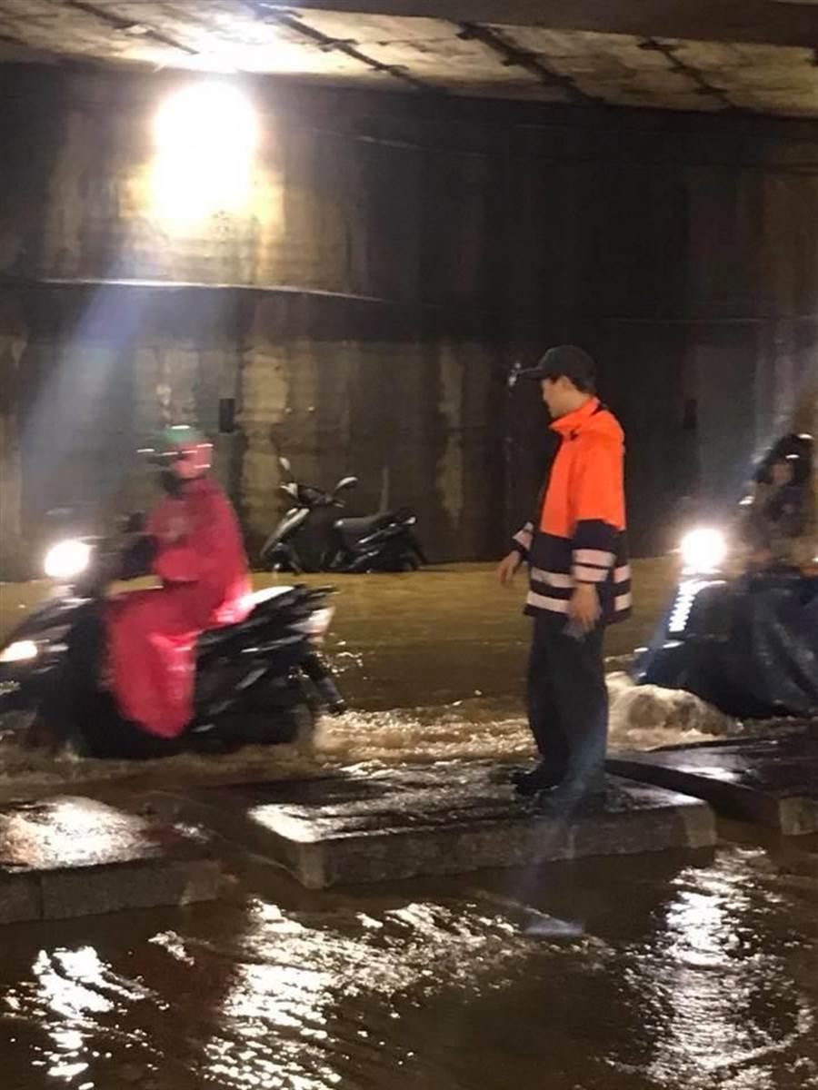 八堵國安路淹水。(張穎齊翻攝)