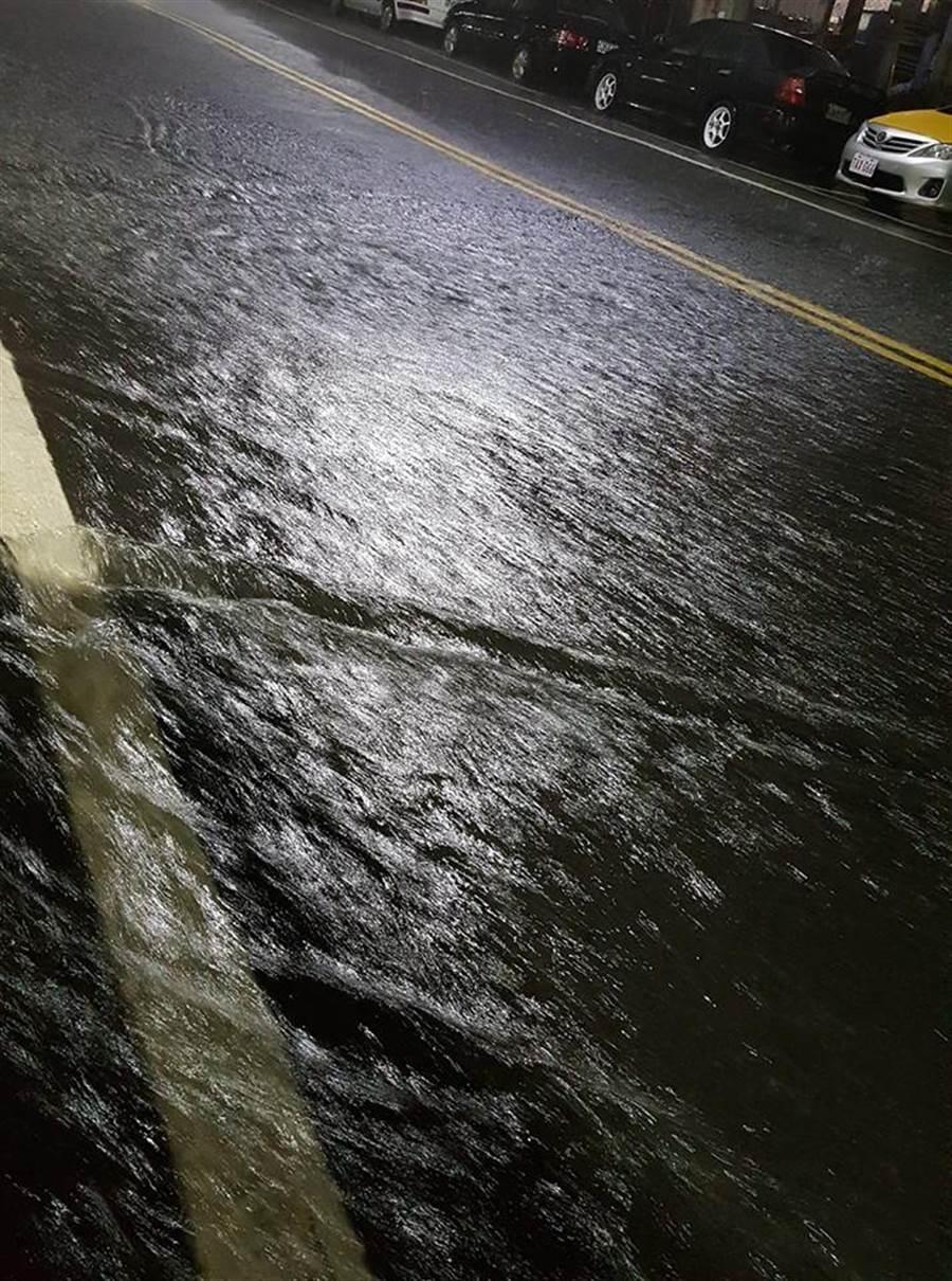中山一路淹水。(翻攝自基隆人臉書)