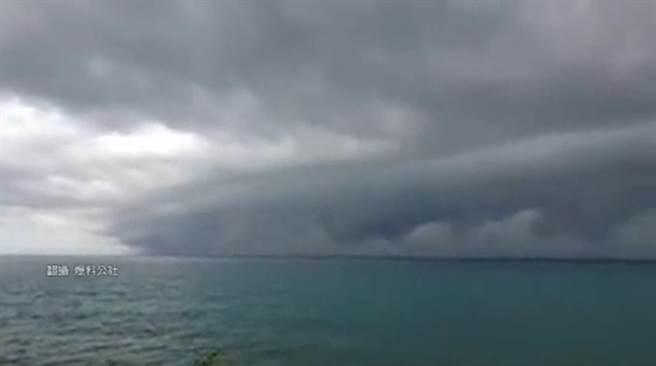 花蓮外海雲牆撲地宛如ID4 「積雨雲」易現狂風雷雨