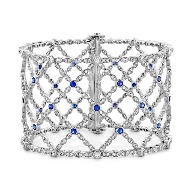 HEARTS ON FIRE的Lorelei Lattice鑽石和藍寶石手鐲,129萬6000元。(HOF 提供)