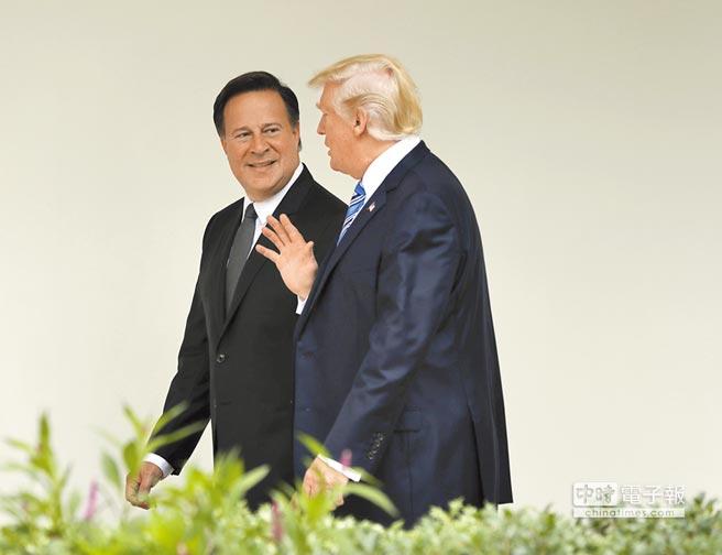 為了反制中美洲3國與台灣斷交,美國政府7日罕見召回駐3國使節。圖為去年6月巴拿馬總統瓦雷拉(左)訪問白宮,與美國總統川普相偕而行。(美聯社)