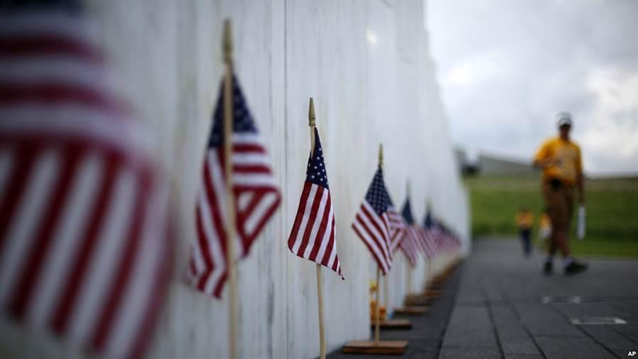 美國賓州尚克斯維爾9/11紀念館刻有死難者名字的紀念牆。( 美聯社)