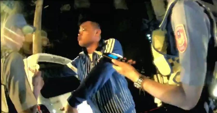 33歲鄭姓男子拒絕酒測揮拳打警察。(葉書宏翻攝)