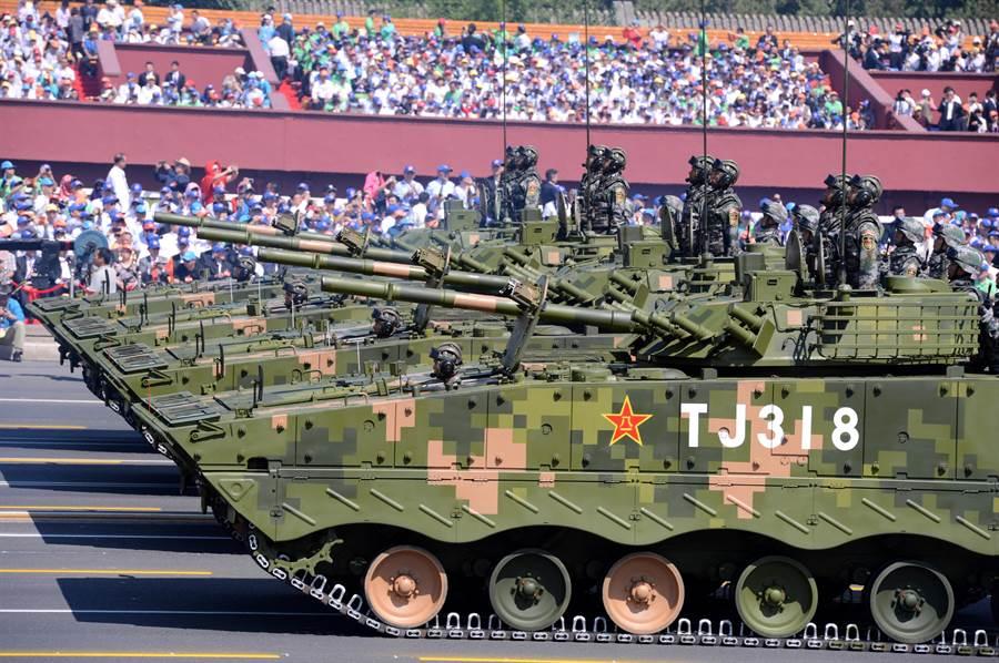 2015年紀念抗戰勝利70週年北京大閱兵時,接受檢閱的共軍履帶步兵戰車通過天安門廣場。(圖/新華社)
