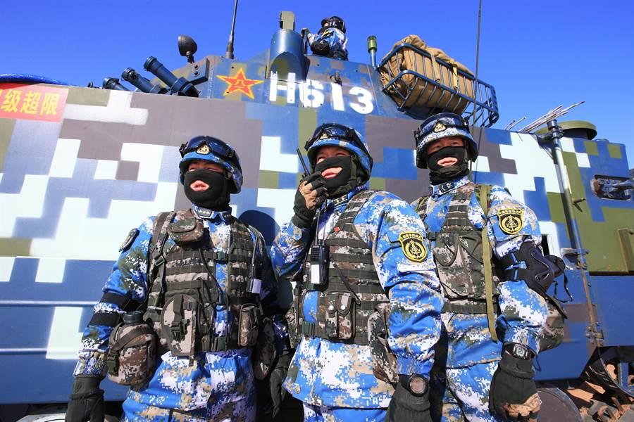 2014年中共海軍陸戰隊兩棲裝甲戰車在內蒙進行綜合訓練。(圖/新華社)