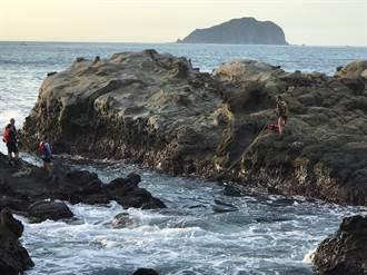 酋長岩礁遭釣客上鋼釘 消防弟兄高空「搏命」拆除