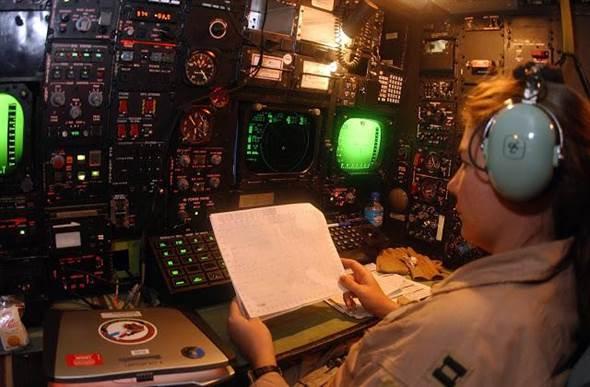 B-52投彈員的工作區,所面對的還是最傳統的指針式儀表。(圖/美國空軍)