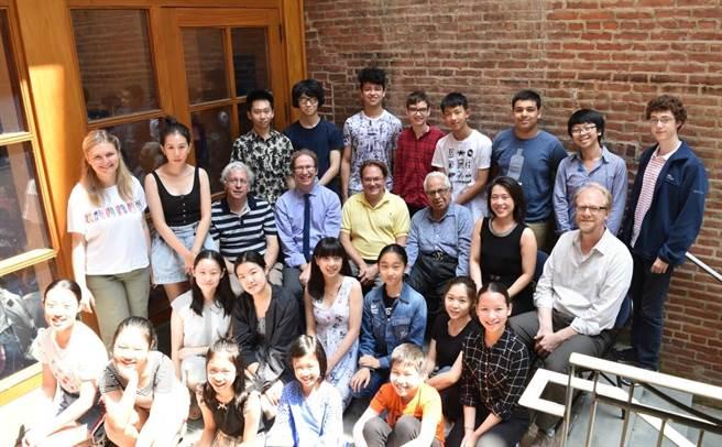 台湾旅美钢琴家胡瀞云(第三排右二)创办费城PYPA音乐节。(胡瀞云提供)
