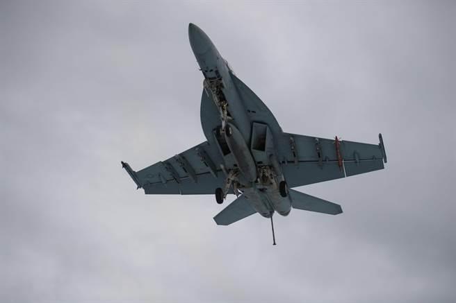 一架美国海军F/A-18E「超级大黄蜂」战机准备降落航母的资料照。(美国海军)