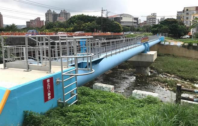 蘆竹地區因位於供水管線末端,水公司進行管線改善工程,沿著桃林鐵路埋管,12日舉行啟用典禮。(甘嘉雯攝)