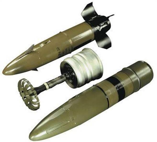9K119飛彈的部件,以飛彈本體和尾部投擲器兩大部分。(圖/網路)