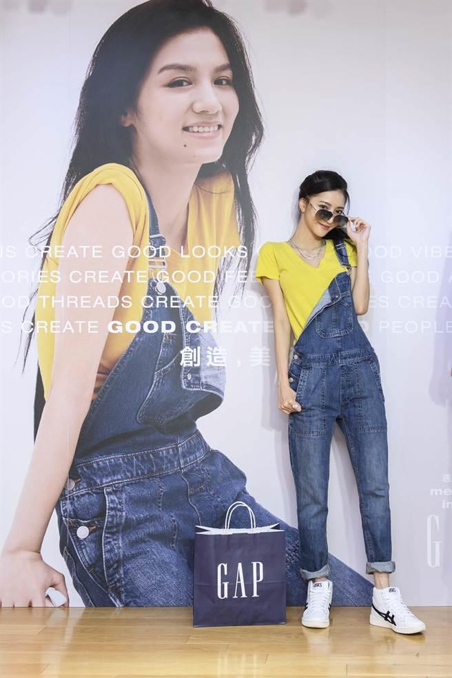 網路模特兒出身的妍安(呂芷葇)示範吊帶褲不規的穿法,放掉一邊的吊帶,更能將基本單品穿得更有型。(Gap提供)