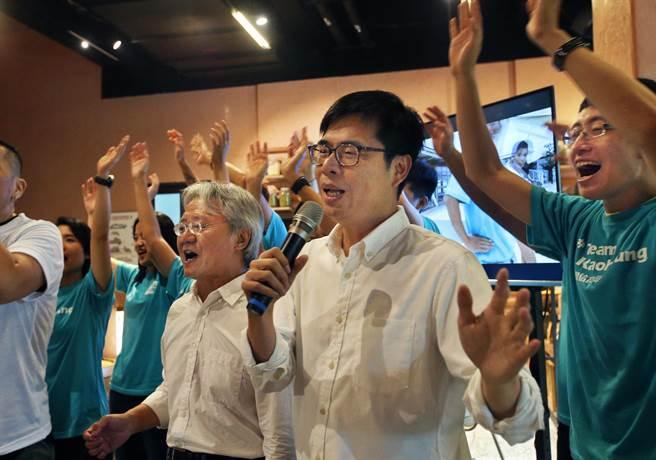 民進黨高雄市長參選人陳其邁(中)12日在高雄發表競選主題曲《咱上愛的所在》,由著名詩人作家路寒袖暨台中文化局長王志誠(中偏左)作詞,陳其邁和眾人現場一 同演唱。(王錦河攝)