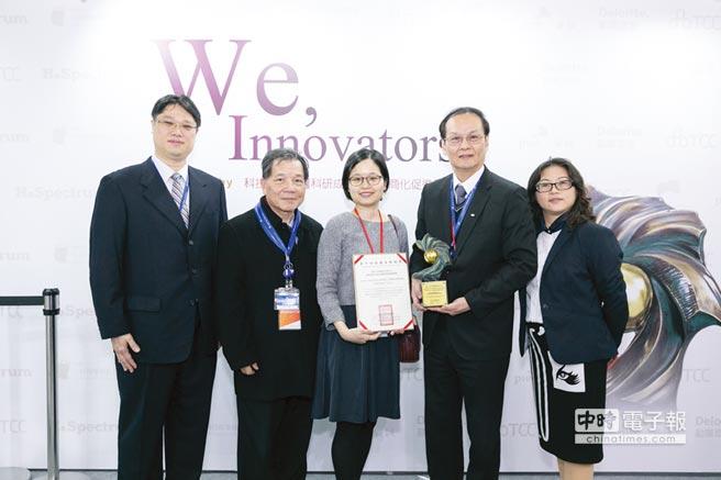 懷特生技受邀參加本屆中國醫藥創新與投資大會,總經理鄭建新博士(右二)將在大會發表演說;圖為懷特生技日前獲頒國家新創獎。圖/業者提供