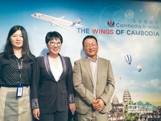 天皇旅行社總裁陶世龍(右起)、柬埔寨航空商務部總監葉爽、柬埔寨航空市場銷售部總經理JULIA XU。圖/黃馨穎