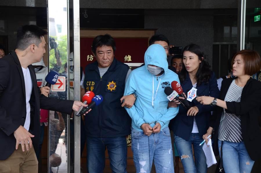 高雄冰屍案後續,前鎮警分局12日將蔡姓嫌犯移送至地檢署。(林瑞益攝)