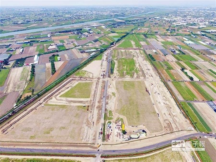 台南安南區「新吉工業區」過去是塊農地,為了改建為工業區而將堤防加高1、2米高,導致水閘門、抽水工程受阻礙水宣洩不及,造成多處地區成淹水成災。(圖/經發局提供)