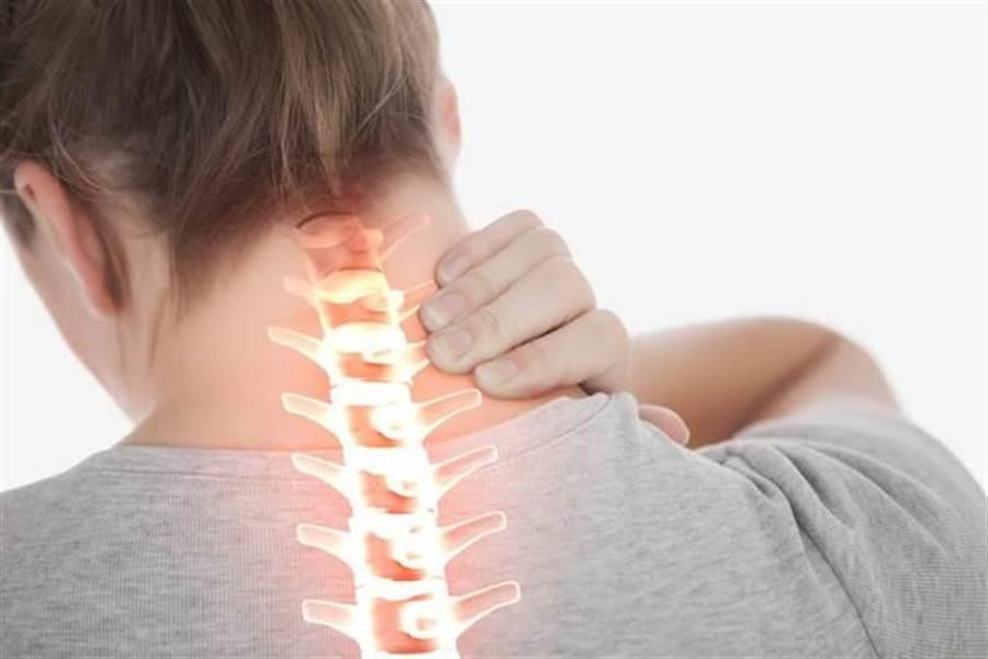 現代人長期久坐又缺乏運動,常有肩頸痠痛的通病。(圖/達志影像/Shutterstock)