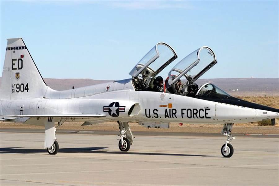 T-38教練機已飛了58年,是現存飛行時間最久的軍機之一。(圖/美國空軍)