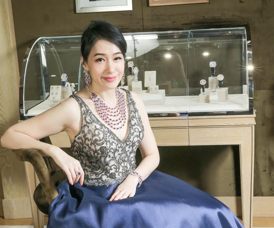 陳妍嵐佩戴1.3億的紅寶石珠寶套組。(盧禕祺攝)