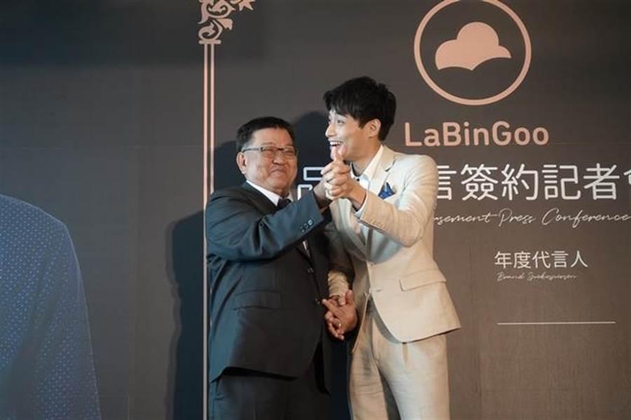 陳彥明太緊張和品牌董事長十指緊扣。(圖/公關提供)